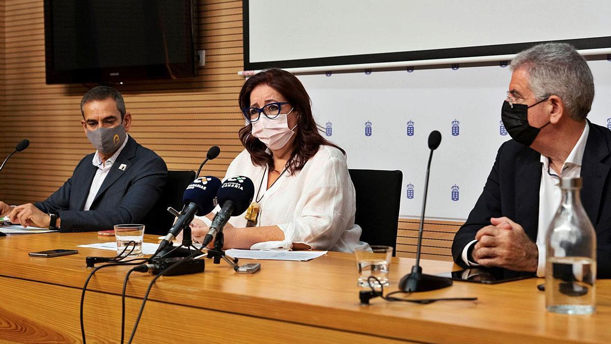Gregorio Cabrera, Manuela Armas y Fidel Trujillo ayer durante la presentación de las novedades. | | EFE
