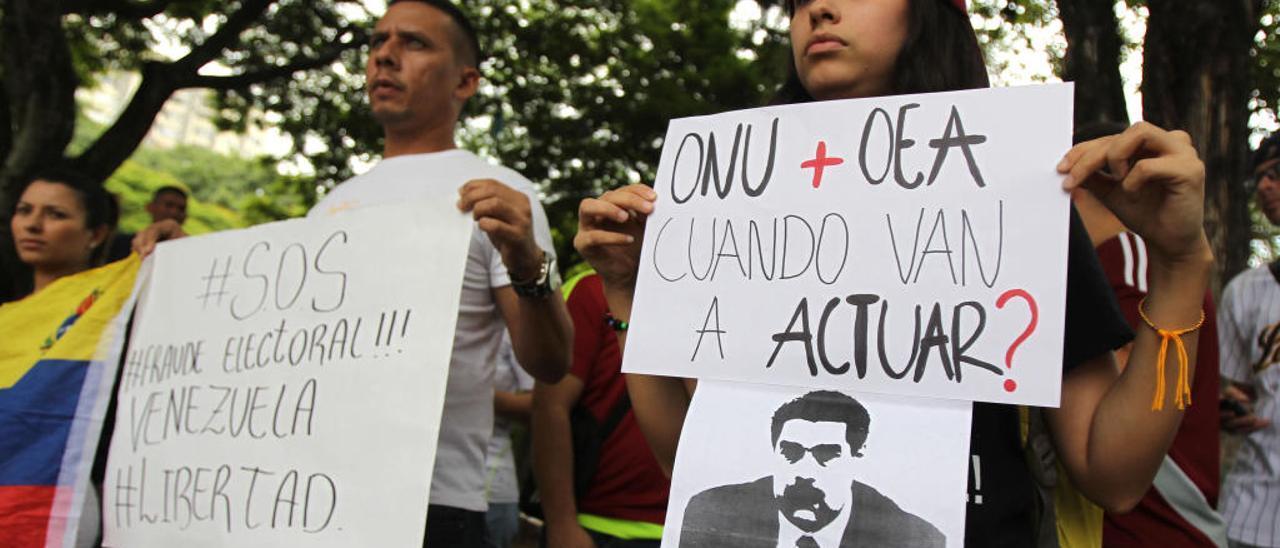 Venezolanos se manifiestan contra Maduro.