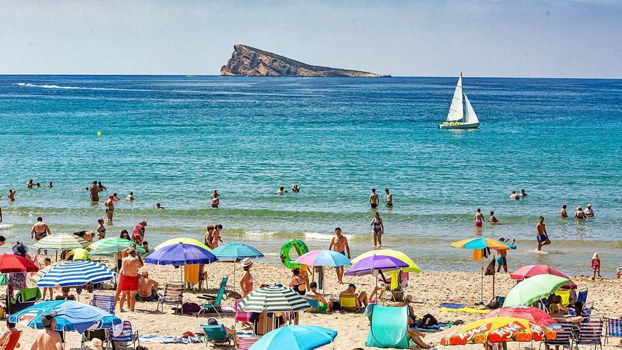 El sector turístico de la Costa Blanca abre la puerta a recuperar 240.000 visitantes británicos desde el lunes