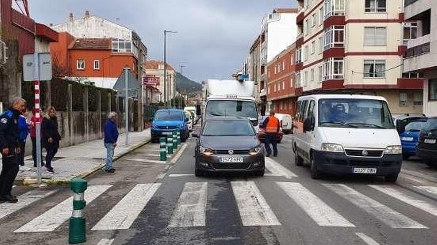 Una mujer herida leve en una colisión entre un coche y un camión en la avenida de Vigo