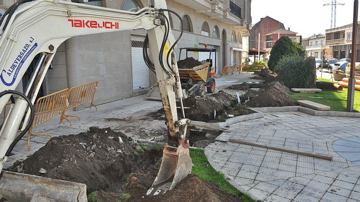 Trabajos de renovación de la red de recogida de las aguas pluviales en la Praza da Ostra de Arcade.     // FDV