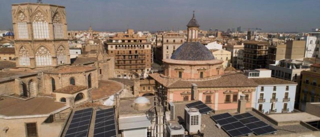Instalación de panales solares en el edificio Punt de Ganxo de València | LEVANTE-EMV