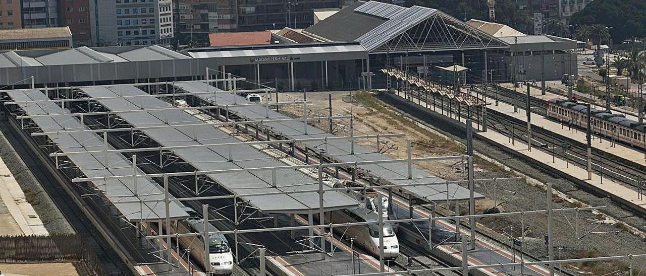 La plataforma de alta velocidad por donde circulan los AVE tiene capacidad para acoger un 50% más de tráfico. En la imagen, la estación de Alicante.