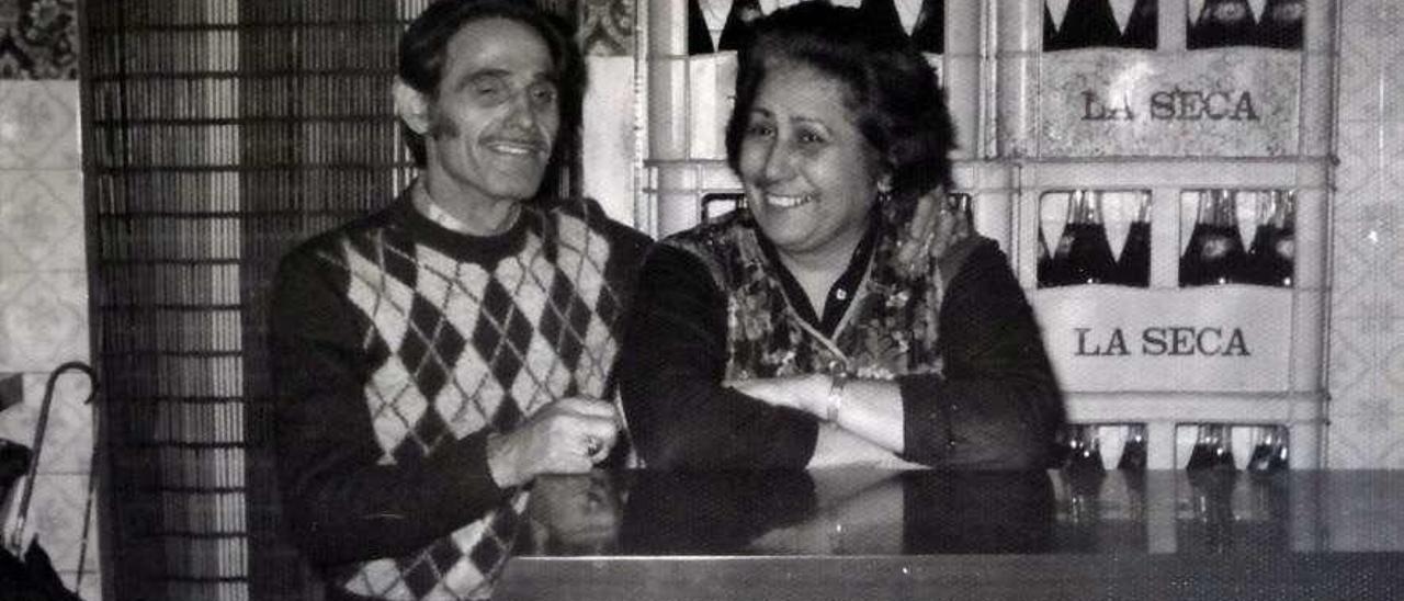 Ricardo González y su esposa, María Josefa Sánchez, cuando estaban al frente del negocio.