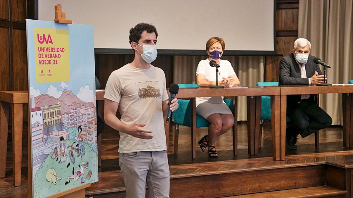 Rubén Guirola, autor del cartel de la UVA 2021, junto a la rectora, Rosa Aguilar, y José Miguel Rodríguez, el alcalde. | | E.D.