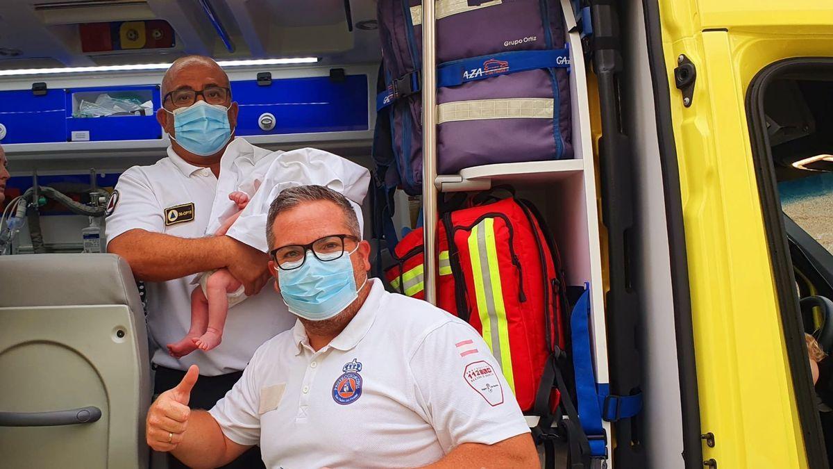 Personal de Emergencias con el bebé al que han salvado la vida.