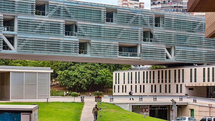 Condenan a Benidorm a pagar a dos funcionarios 30.000€ por horas extra