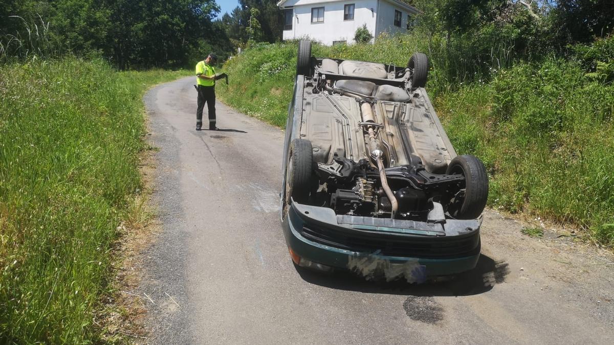 El coche volcado tras atropellar a un jabalí en Cartelle