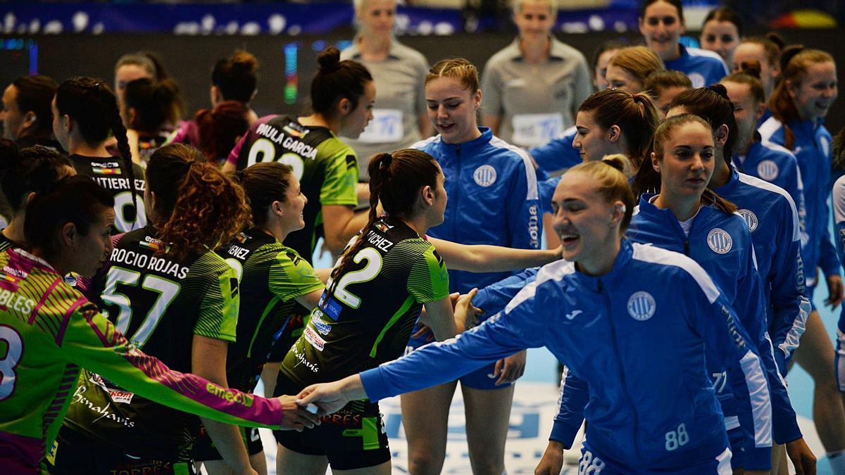 Las jugadoras del Rincón Fertilidad y del Lokomotiv de Zagreb se saludan justo antes de arrancar el partido en Ciudad Jardín