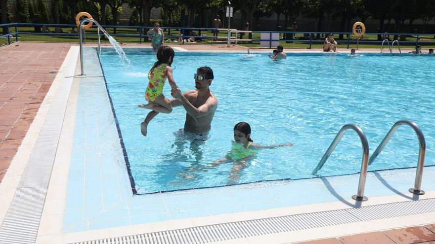 Ganas de piscina el primer día de su apertura en Zaragoza
