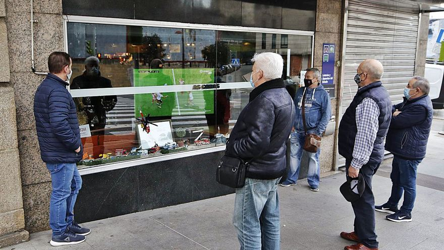 El bar (cerrado) que pone el fútbol para verlo desde la calle