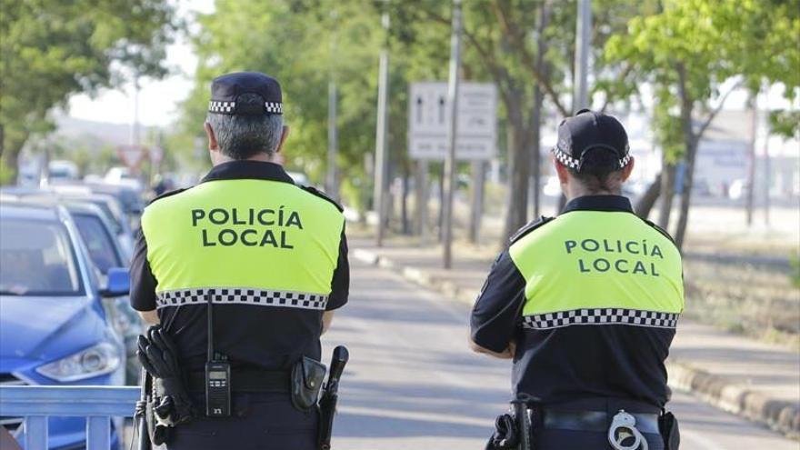 La Policía Local de Santa Lucía pilla a dos extranjeros por robar en varios coches en la calle