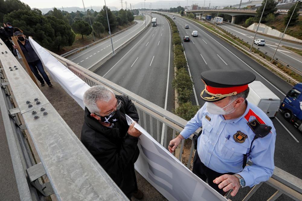 ANC i Òmnium despleguen pancartes a ponts de Martorell contra la visita de Felip VI a Seat