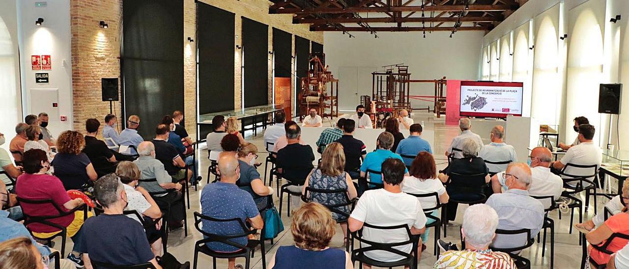 Vecinos participando en el taller celebrado sobre el proyecto de la Plaça de la Concepció.   LEVANTE-EMV