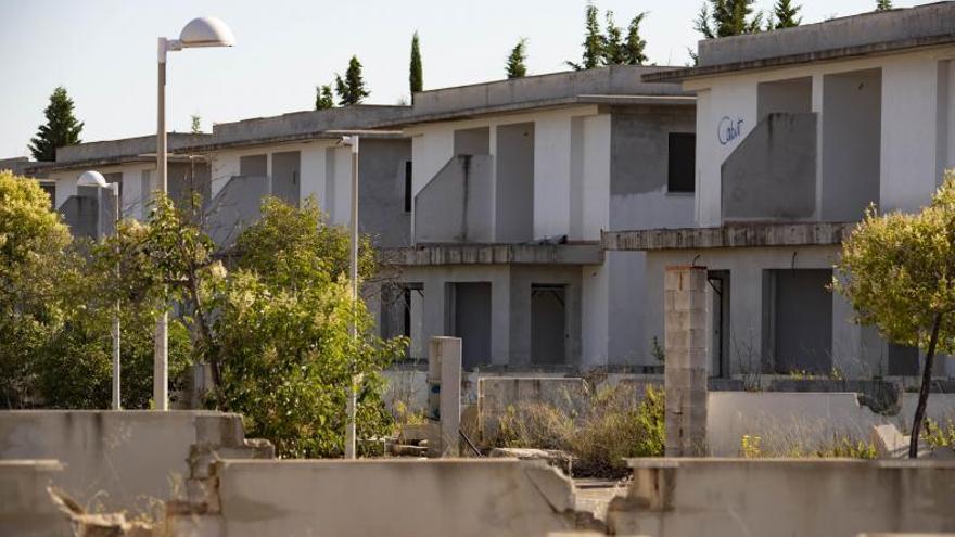 La urbanización fantasma de Càrcer sigue en el limbo una década después