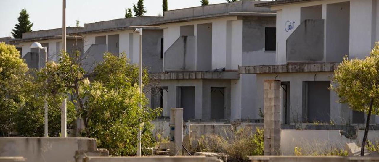 Perspectiva de una de las calles en la que quedaron viviendas inacabadas que han sido literalmente desguazadas. | PERALES IBORRA
