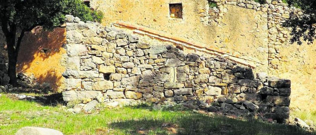 Restos del Mas de Cabanil, escenario de tres días de asedio a los maquis en 1949.  |  PARQUE NATURAL DE LA TINENÇA DE BENIFASSÀ