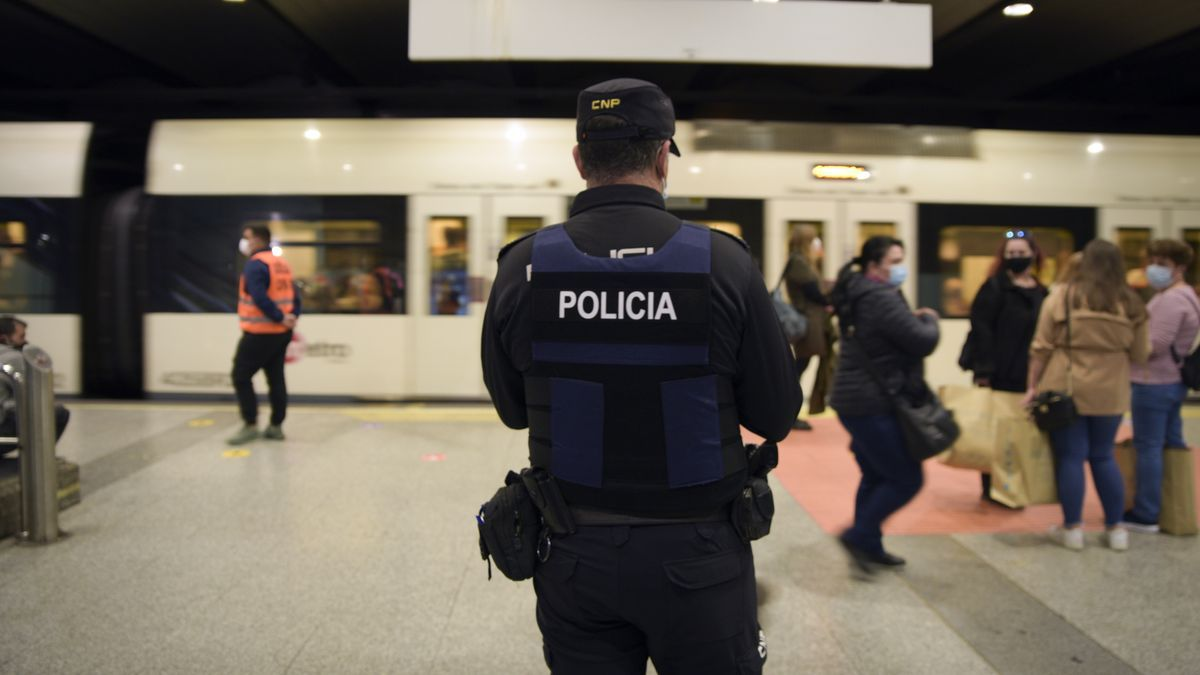 Un agente en un control en la estación de tren de Oviedo.