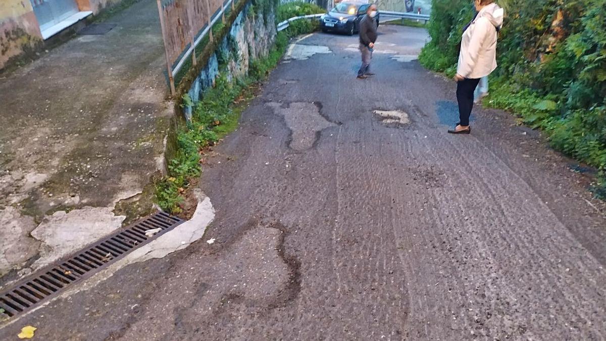 Estado que presenta el asfalto en el Camiño das Ánimas, en Chapela, lleno de baches y gravilla. |   // FDV