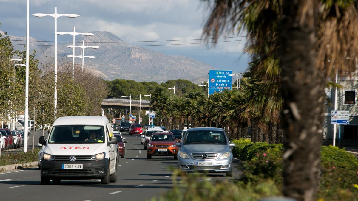 Tráfico en la avenida de Dénia, en una imagen de archivo.