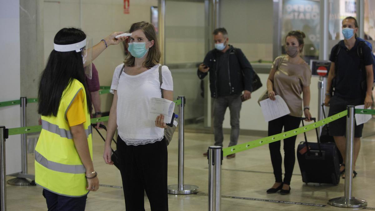Controles de  seguridad en el aeropuerto de Manises.