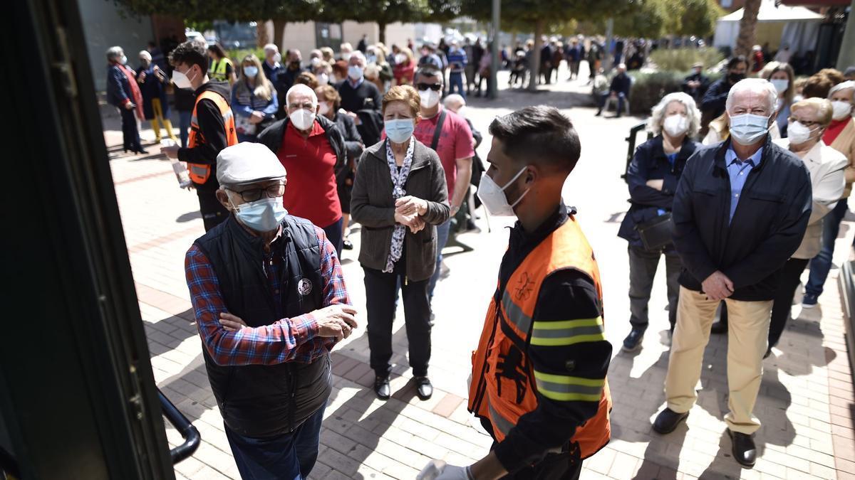 Efectivos de Protección Civil tratan de contener a los usuarios en la puerta del pabellón Cabezo Beaza.