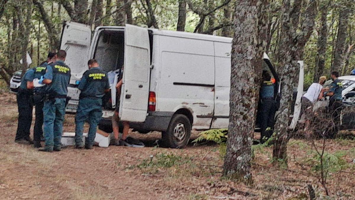 Agentes de la Guardia Civil solicitan documentación y registran a los asistentes a la quedada. | A. S.