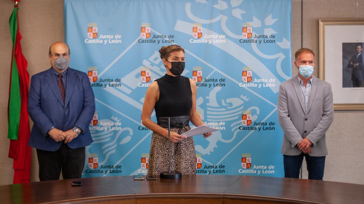Clara San Damián (centro) y Fernando Prada (izquierda), durante la presentación de los nuevos grados de FP
