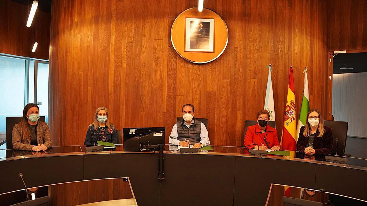 Crespo y Taboada firmaron el convenio ante Begoña Blanco, Ángeles Baldonedo y Paz Pérez.