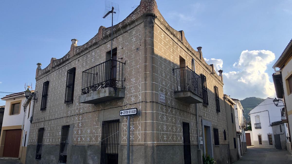 El esgrafiado de Torre de Santa María.