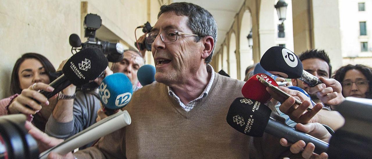 Juan Cano, a la salida de la Audiencia de Alicante, tras ser absuelto, en enero de 2020, del asesinato de Alejandro Ponsoda.  