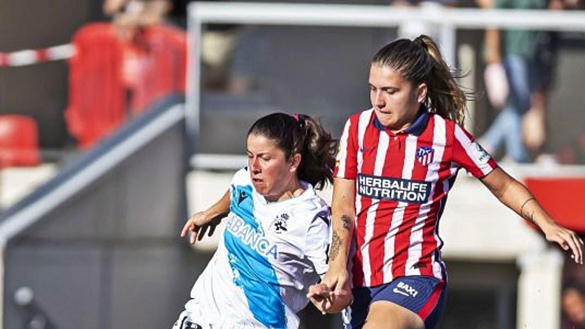 Peke protege el balón ante una jugadora del Atlético.    // LALIGA