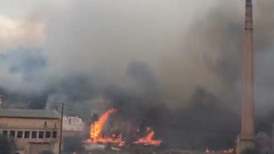 Desalojan dos colegios de Oliva tras un aparatoso incendio en la montaña
