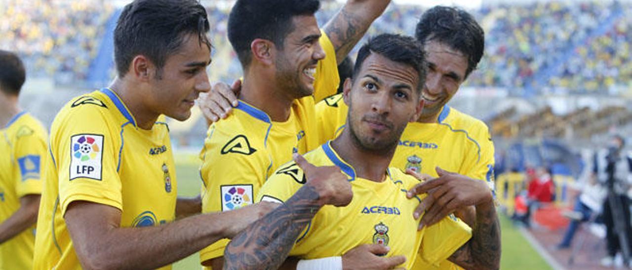 Jonathan Viera hace un gesto a la grada, tras anotar el mediapunta de La Feria su gol ante el Sabadell.