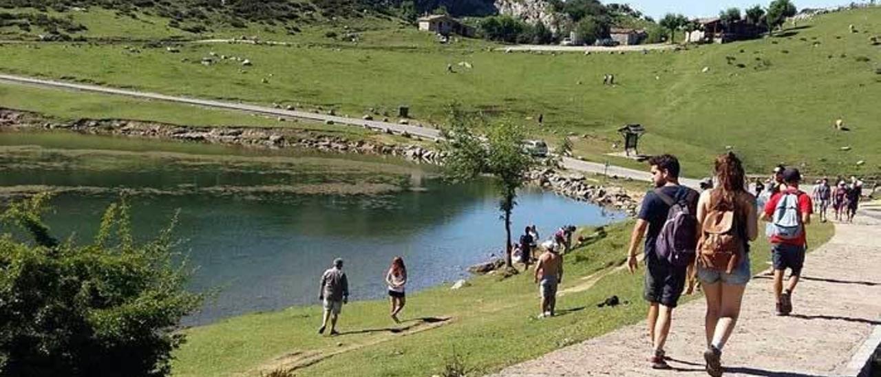 Un grupo de turistas, ayer, en los lagos de Covadonga, que registran gran afluencia de público desde hace varias semanas.