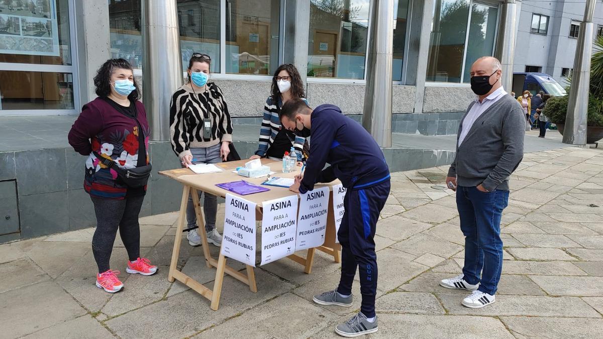 Padres de alumnos recogieron firmas para reclamar la ampliación del centro. //Eurorrexión