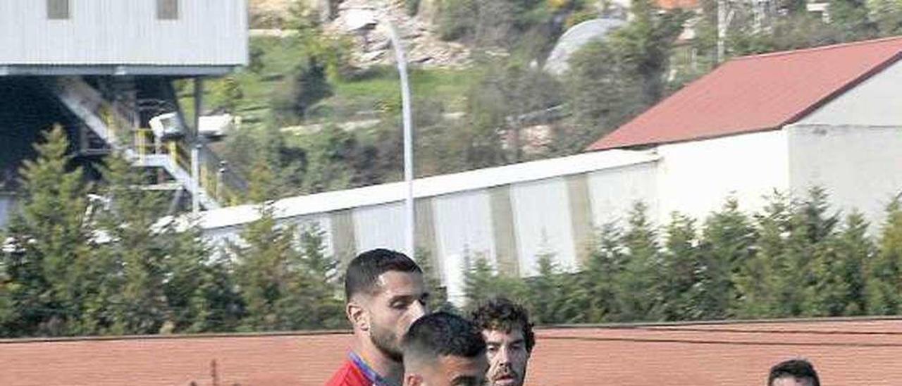Cristian conduce el balón en el duelo ante el Madalena.