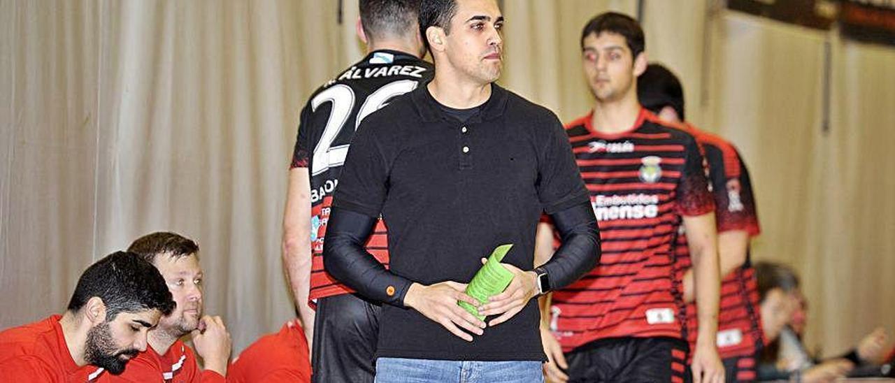 Pablo Cacheda, junto al banquillo rojinegro.
