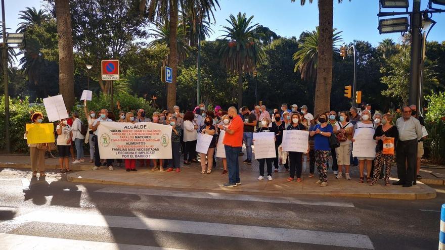Protesta de los vecinos de Huelin para reclamar más espacio para los mayores del barrio