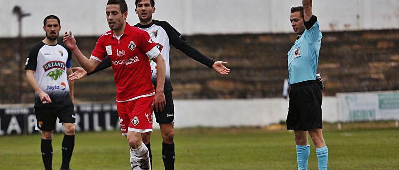 Cristian Ferreiro es amonestado en un partido ante el Tudelano.   LOF