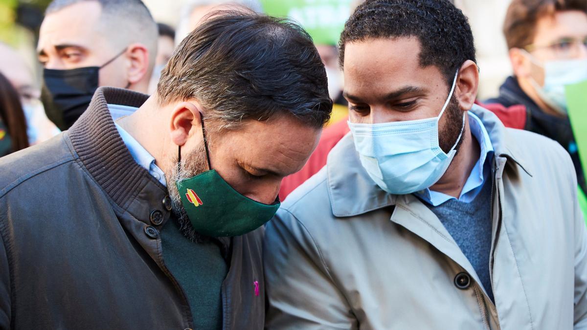 El líder de Vox, Santiago Abascal, y el candidato de Vox a la Generalitat, Ignacio Garriga