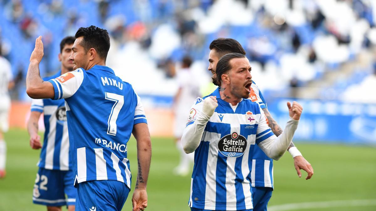 Héctor, con Miku al lado, celebra uno de los goles al Langreo.