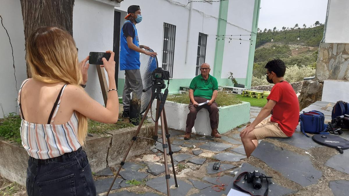 Mari y Gonzalo en un momento del rodaje en la localidad de Sauceda, en Las Hurdes