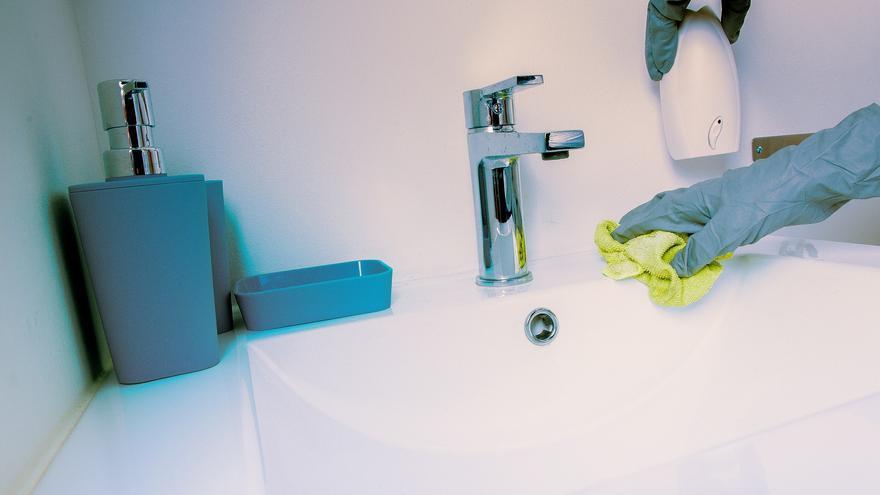 Limpia el baño en 20 minutos con dos productos naturales