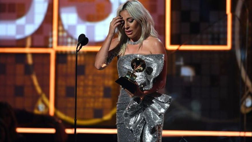 Abaten a tiros al paseador de perros de Lady Gaga y le roban 2 de sus perros