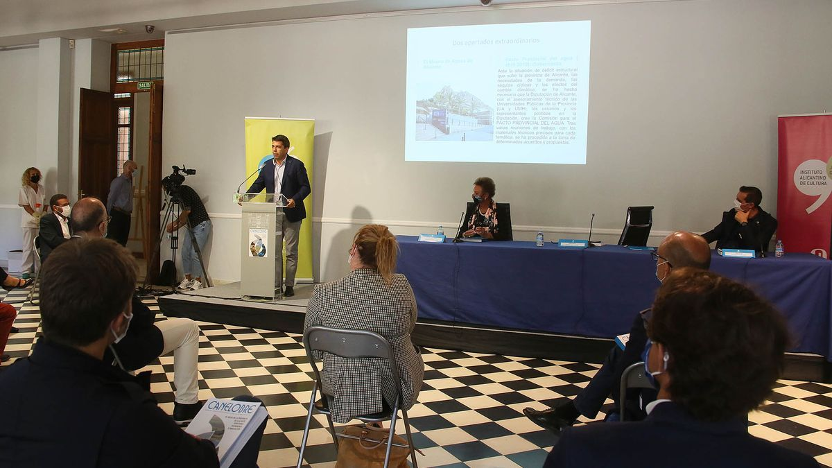 Un momento de la presentación de la revista a cargo del presidente Carlos Mazón