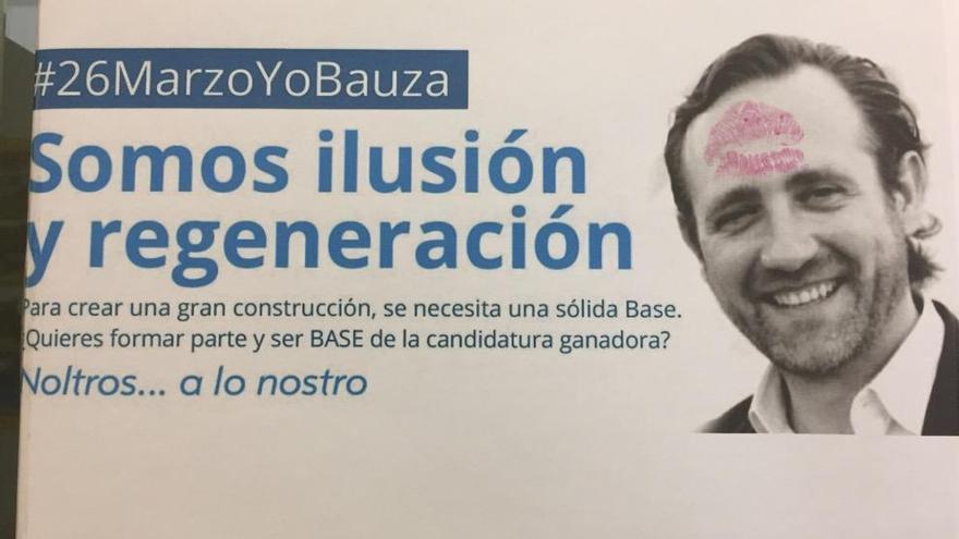 Batucada y besos en la sede del PP de Palma