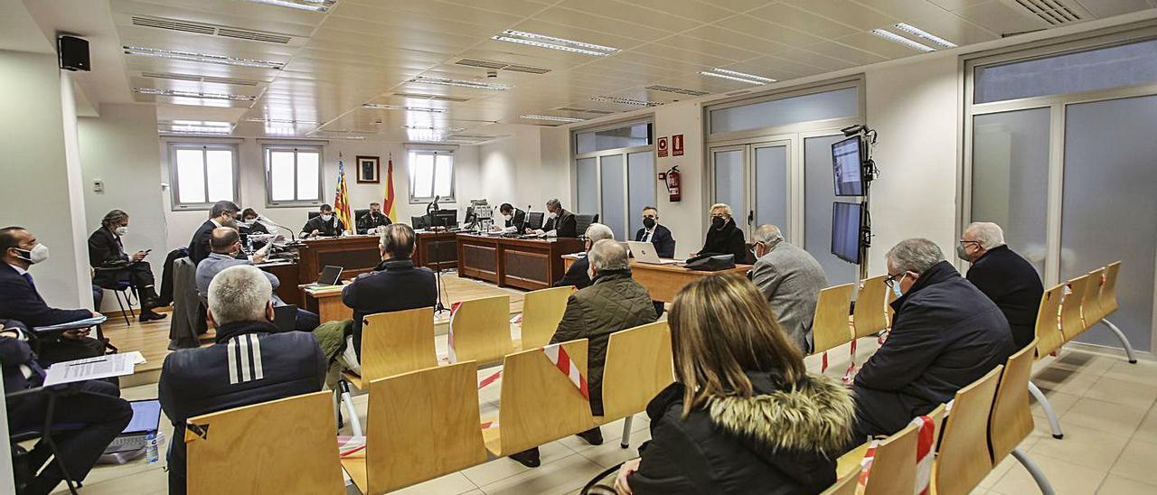 La sala ayer con las defensas a la izda, acusados en las butacas del centro y acusaciones a la dcha.
