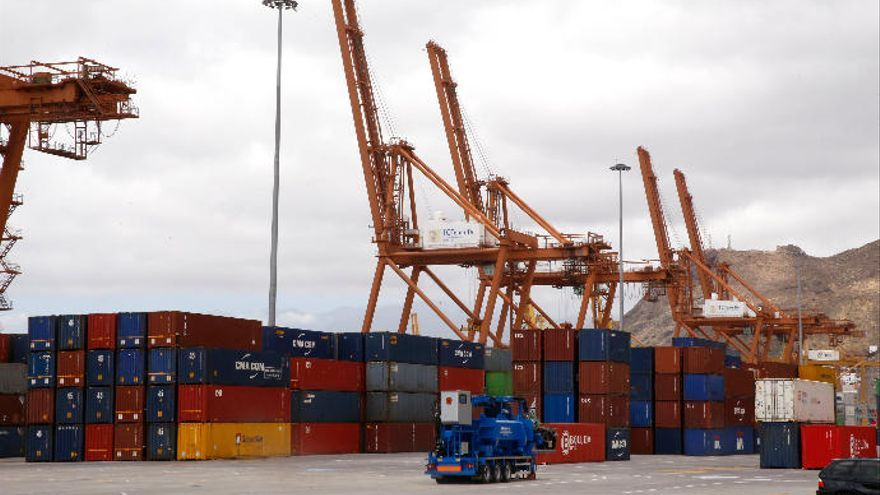 Los estibadores garantizan el suministro de mercancías en los puertos de Santa Cruz