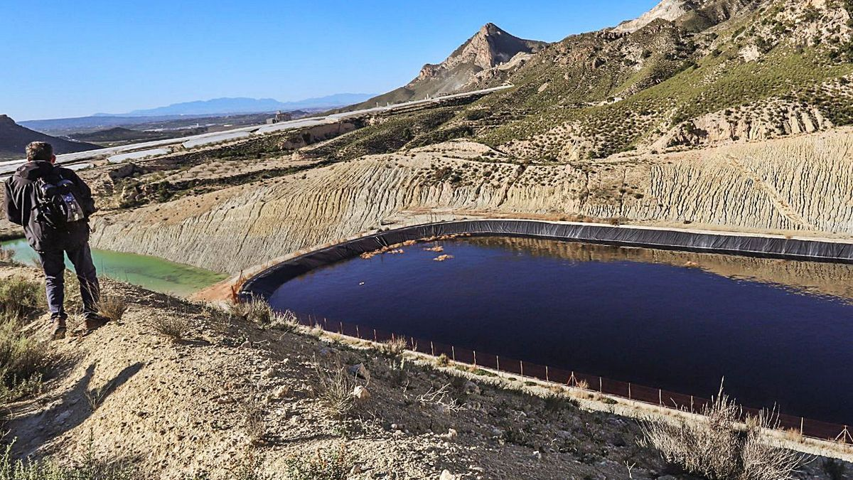 Leachate basin in the Proambiente landfill, on land in the Region of Murcia